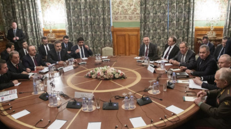 Разговори в понеделник на турската (вляво) и руската делегация в Москва, водени от външните и военните министри на двете страни .