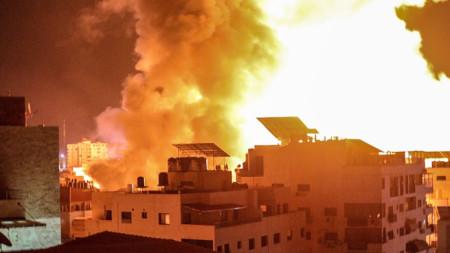 Дим след поредните израелски удари по цели в град Газа в нощта срещу вторник, 18 май.