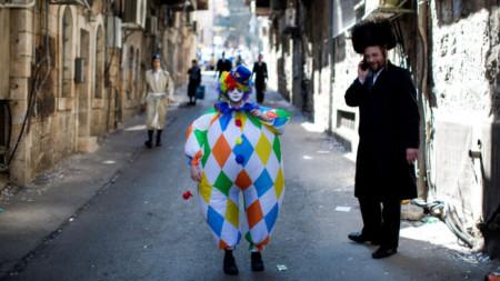 Тържества, маски и карнавални костюми, сатира и песни, подаръци и храна – това е Пурим