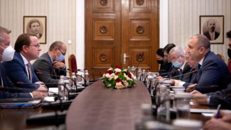 Среща на Румен Радев с еврокомисаря по съседство и разширяване Оливер Вархеи (вляво)