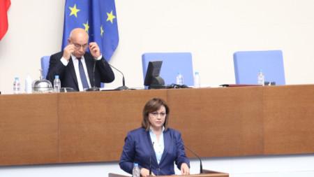 Корнелия Нинова прави изказване от парламентарната трибуна