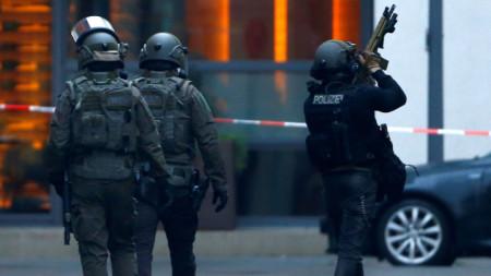 Германски спецполицаи напускат района на централната гара в Кьолн след стрелбата.