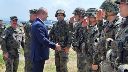 Радев наблюдава военното учение на полигона