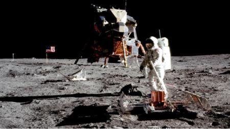 """Астронавтът Нийл Армстронг на 20 юли 1969 г. излезе от """"Аполо 11"""" и остави първите човешки следи на Луната."""