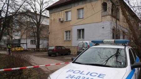 Полицията е отцепила района и извършва огледи