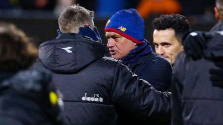 Моуриньо поздравява треньора на Бодьо/Глимт Кнудсен.
