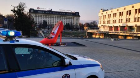 """Като част от инициативата """"Цвете на пътя"""" в центъра на града е поставена и арт-инсталация - червена дамска обувка на висок ток, също пълна с цветя."""