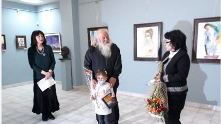 Художникът Владимир Кондарев приема поздравления по повод самостоятелната си изложба