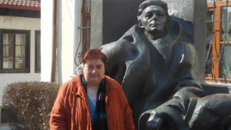 Радка Пенчева пред паметника на писателя