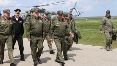 Руският военен министър Сергей Шойгу пристигна на полуостров Крим, за да наблюдава ученията там.