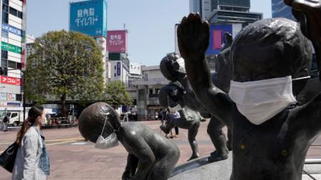 И статуите в Токио са с предпазни маски - 8 април 2020 г.