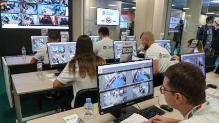 Доброволци наблюдават дистанционно гласуването от Центъра за публично наблюдение на изборите в Москва.