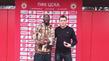 Акрапович и Соу позират с наградите съответно за треньор и футболист на месец декември.