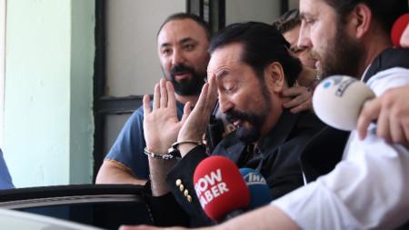Аднан Октар (в средата)