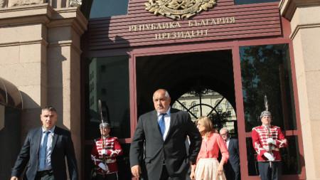 Премиерът Бойко Борисов излиза от президентството, след като информира държавния глава за резултатите от днешното заседание на Съвета по сигурност към Министерски съвет.