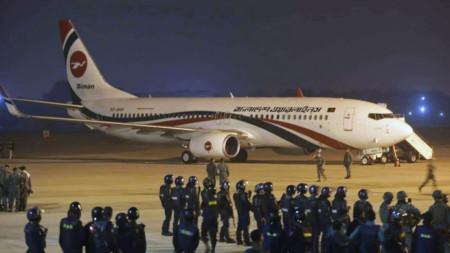 Всичките 143-ма пътници и седем души екипаж са евакуирани невредими.