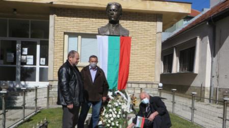 Пред паметника на Левски в Босилеград на 3 март