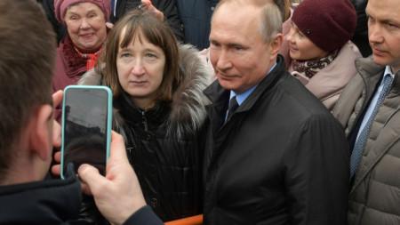 Путин позира за снимка с жителката на Санкт Петербург, с която разговаря днес.