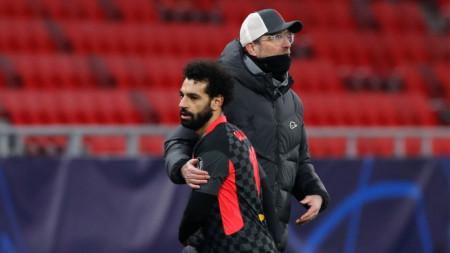 Клоп поздравява голмайстора си Салах.