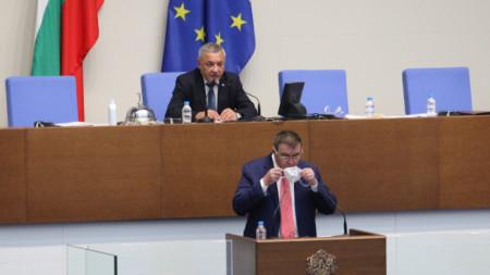 Здравният министър Костадин Ангелов по време на парламентарния контрол