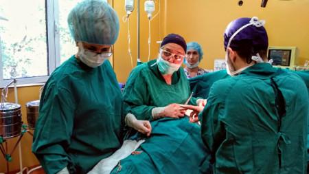 Д-р Ваня Балева по време на операция в КОЦ - Пловдив