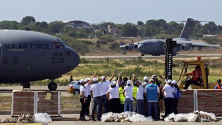 Американски военно-транспортни самолети С-17 доставят хуманитарна помощ на  летището в Кукута, Колумбия, който се намира до границата с Венецуела.