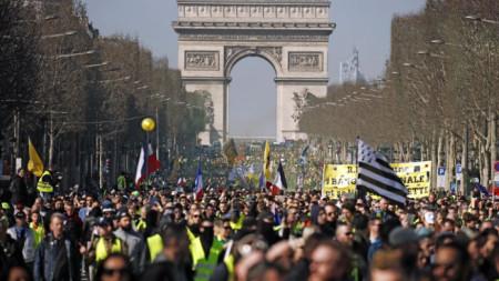 """За 15-и уикенд протестиращите """"жълти жилетки"""" излязоха в центъра на Париж."""