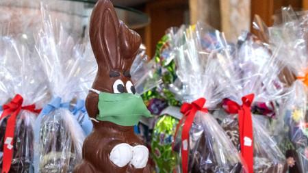 Шоколадово великденско зайче с маска краси витрината на сладкарница в Солун - 7 април 2020 г.