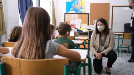 Министър на образованието Ники Карамеос говори с деца в училище в Солун в началото на учебната година, 13 септември 2021 г.