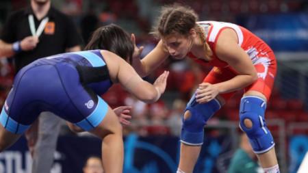 Жулиета Бонева (в червено трико) е на репешаж при 48-килограмовите.