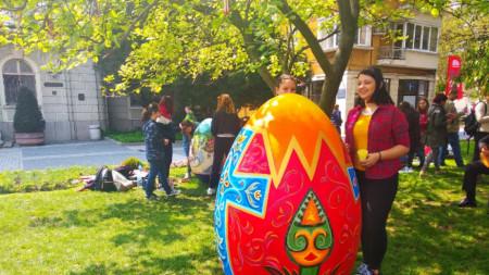 10 са макетите на яйца, върху които пресъздават великденски сюжети младите художници.
