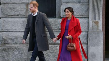 Принц Хари и съпругата му Меган при посещението им в град Бъркънхед, Северна Англия.