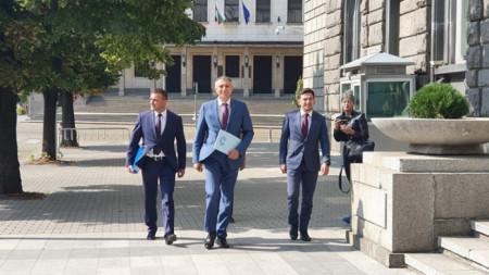 Председателят на ДПС Мустафа Карадайъ (в средата) преди внасянето на документите на партията в ЦИК за участието на партията в местните избори