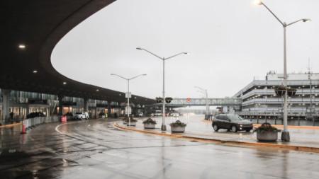 Мъжът живял на летище на Чикаго поради страх от Covid.