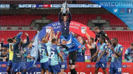 Футболистите на Уикъмб ликуват с трофея.