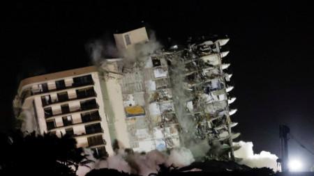 Срутването на сградата в Сърфсайд.