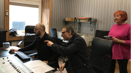 Авторът Весел Цанков дава напътствия на звукорежисьора Георги Топорчев, които според опитната музикална редакторка Калинка Герганова са смешни.