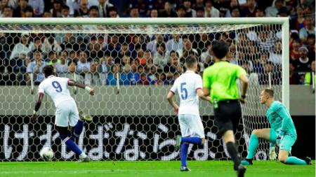 Ейбрахам бележи първия гол за Челси.