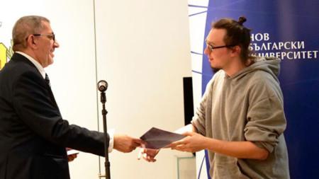 Боян Крачолов (вдясно) получава наградата си.