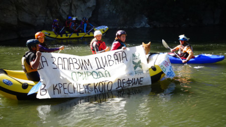 Флотилия от каякари и рафтъри се отправиха днес по река Струма в Кресненското дефиле в знак на протест срещу строителството на автомагистрала през пролома.