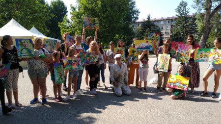 Ръководителят на арт работилницата Иван Яхнаджиев с деца, включили се в проявата.