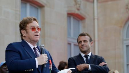 Елтън Джон беше удостоен с отличието от френския президент Еманюел Макрон на церемония в Елисейския дворец.