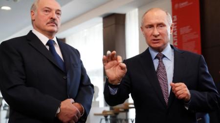Владимир Путин и Алекснадър Лукашенко говорят през журналисти в Сочи. Путин нарече незначителна раната на пръста, която получи при тренировка по джудо в четвъртък.