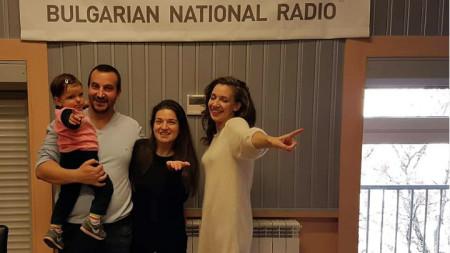 """Семейство Ина и Димитър и малката Катлея Теневи и Калина Станева (вдясно) в студиото на програма """"Христо Ботев""""."""