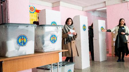 Според данни на молдовската ЦИК избирателната активност е била малко над 49%.