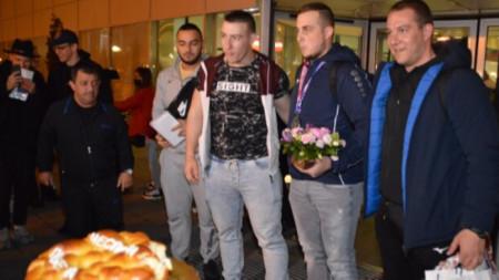 Щангистите ни при посрещането в София с президента на федерацията Иван Иванов.