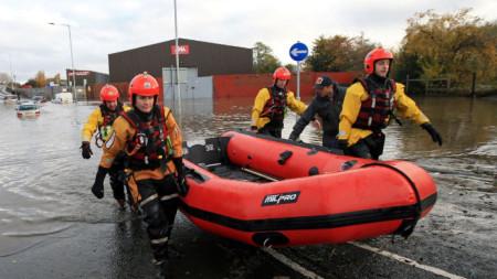 """В Родъръм пожарникари спасиха с лодка повече от 100 души, блокирани в центъра """"Паркгейт""""."""