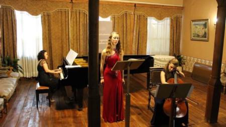 Маргарита Илиева - пиано, Теодора Несторова - сопран и Теодора Атанасова - виолончело по време на концерт