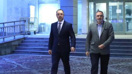 Доц. Георги Попов и доц. Ангел Кунчев дадоха брифинг във ВМА.