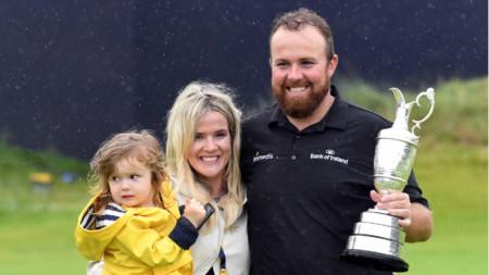 Шейн Лоури със съпругата си и дъщеря си при награждаването-